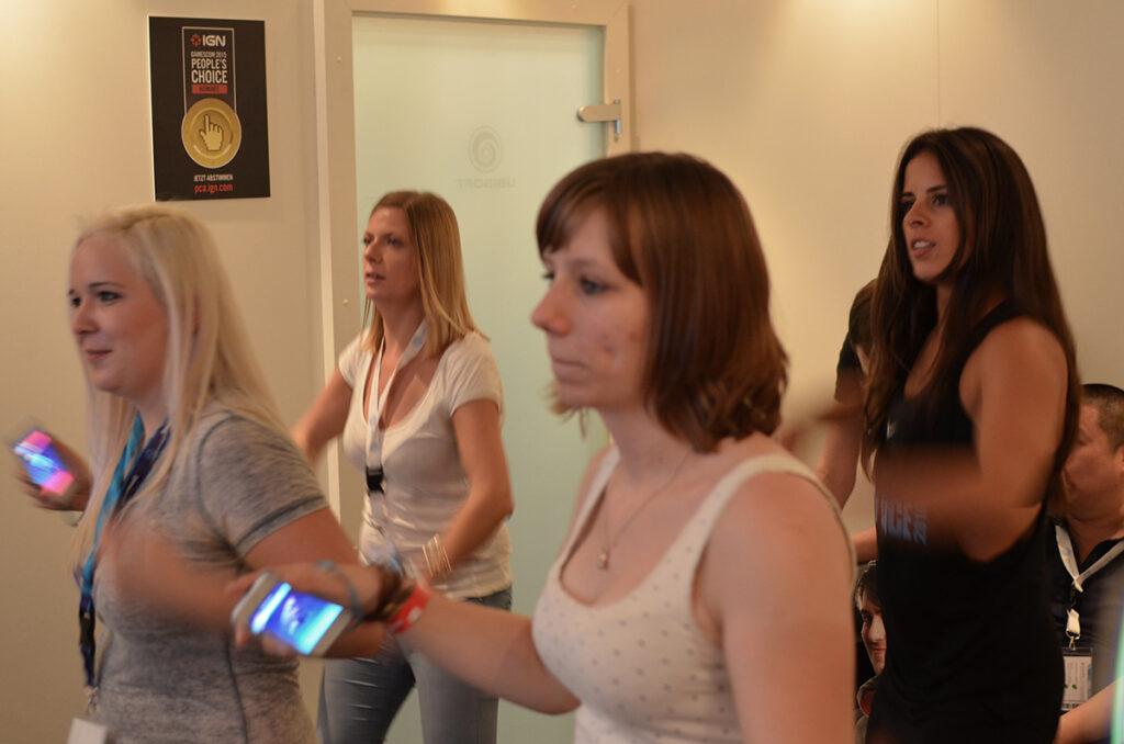 Volle Konzentration beim Tanzen mit dem Smartphone in der Hand - Wer findet BuddyGreenie? ©Eric Braunbart