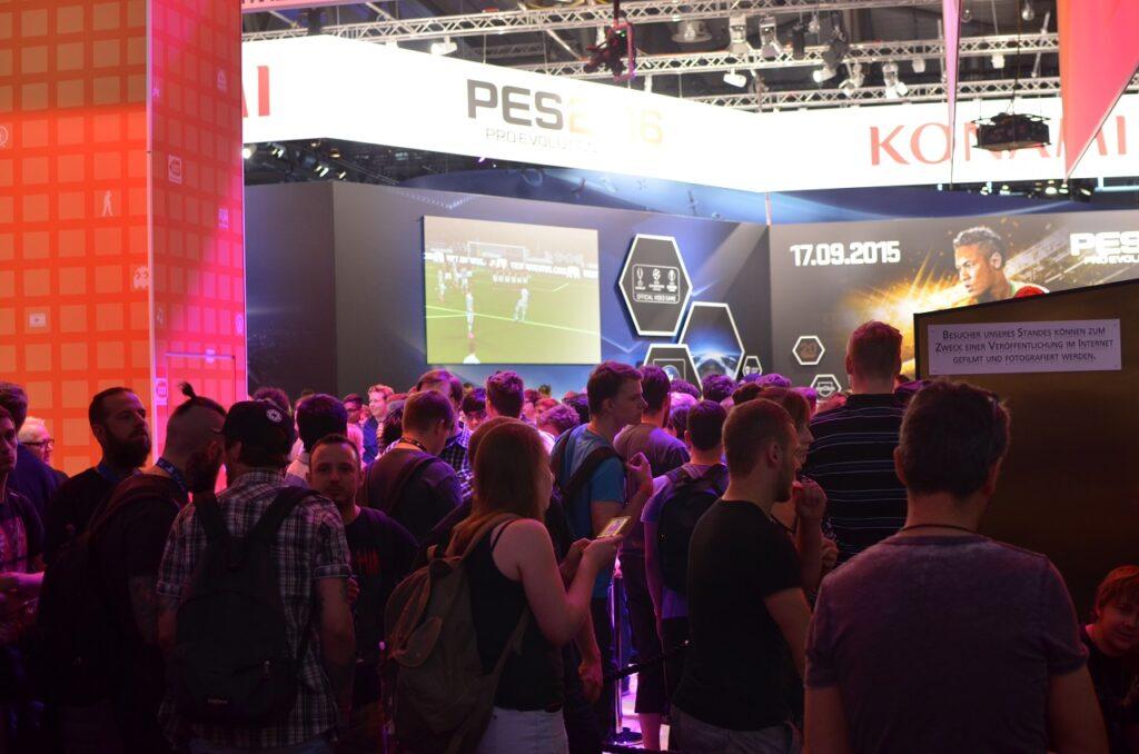 An Ständen großer Publisher wie Konami durfte mit längerer Wartezeit gerechnet werden. ©Eric Braunbart