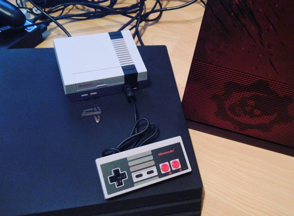 NES Mini im Größenvergleich gegen PS4 Pro und Xbox One S